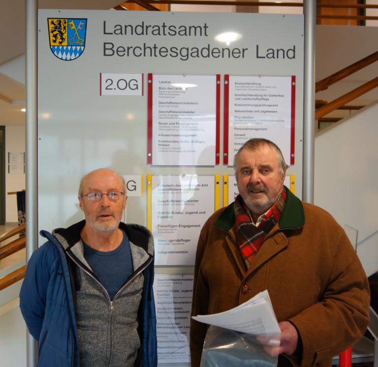Eindeutig dagegen. Wolf Guglhör und Ulrich Scheuerl haben 117 Unterschriften gegen die Nonner Rampe beim Landrat abgegeben